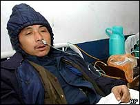 A man poisoned by a fatal gas explosion receives oxygen treatment at a hospital in Kaixian County
