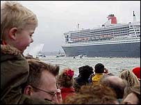 Crowds greet the QM2 as she sails into Southampton