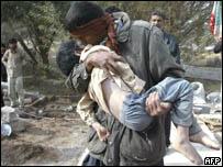 أب إيراني يقبل ابنه جاسم مجيدي قبل دفنه خارج بلدة بام بجنوب شرق إيران، 27 ديسمبر 2003