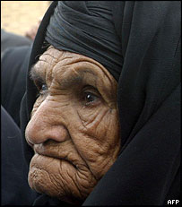 Iranian woman waits for aid handout in Bam
