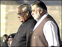 Indian Prime Minister Atal Bihari Vajpayee (l) and Pakistan's Prime Minister Zafarullah Khan Jamali