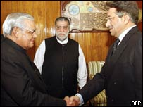 Pakistani President Pervez Musharraf (R) shakes hands with Indian Prime Minister Atal Behari Vajpayee