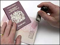 Pasaporte siendo sellado por inmigración