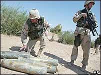 Soldados de Estados Unidos examinan misiles proyectiles vacíos en Tikrit, Irak.