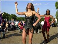 Bailarinas de salsa en Hyde Park