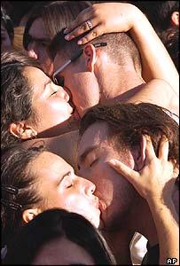 Couples kiss in Santiago