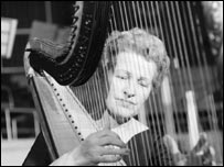 A young Sidonie playing the harp