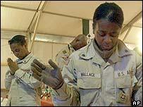 Mujeres del servicio militar estadounidense rezando en Tikrit, Irak