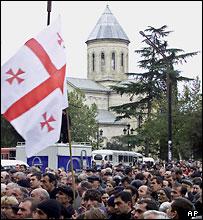 Флаг над демонстрантами в Тбилиси
