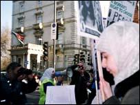 مظاهرات لندن امام السفارت الفرنسية