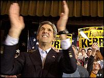 El senador John Kerry aplaude a la multitud en un mitin en Iowa