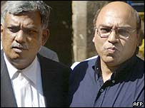 Judge Seeraj Desai (right) at a Bombay court hearing with his lawyer