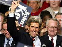 El senador John Kerry celebra su victoria en Iowa