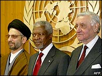 UN Secretary General Kofi Annan (centre) with members of the Iraqi Governing Council, Adnan Pachachi (right) and Hachem al-Hassani