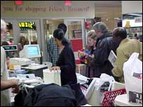 US shoppers queuing at a till