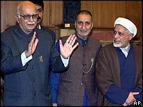 El vice primer ministro indio Atal Behari junto a líderes separatistas de Cachemira