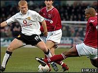 Paul Scholes regains possession for Manchester United