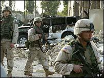 جنود تحالف في موقع الانفجار الذي وقع الاربعاء 28 يناير