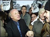 Empleados despiden a Greg Dyke, en el Centro de Televisi�n de la BBC