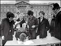 Sex Pistols outside Buskingham Palace