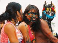 Guarani leader Ava Tupa Xirinu (r) with his daughters