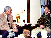 Abdul Qadeer Khan (left) meeting President Musharraf
