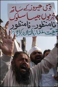 Protesta en Karachi, Pakistán, por el despido de Abdul Qadeer Khan