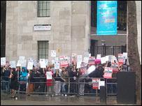 Protesta de los empleados de la BBC en la sede del Servicio Mundial