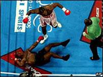 Lennox Lewis derriba a Mike Tyson