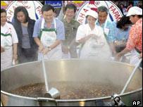 Thai PM Thaksin Shinawatra helps make soup made with 10,000 eggs