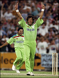 Imran Khan celebrates as Pakistan claim the 1992 World Cup