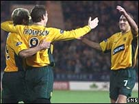Alan Thompson celebrates with Henrik Larsson