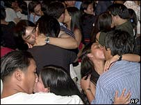 Philippine couples kiss to set a record