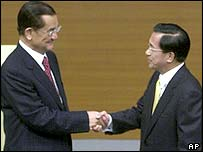 Lien Chen (Left) shakes hands with Chen Shui-bian