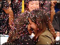 Novias lesbianas se besan en México.