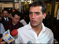 Jorge Gonz�lez sale de la Comisi�n de Derechos Humanos, donde denunci� al gobierno.