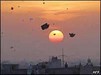 Pakistanis on rooftops watch kites flying over Lahore