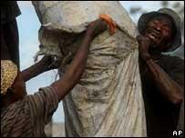 Mientras en varias zonas del país se registran violentos enfrentamientos, la población sobrevive como puede.