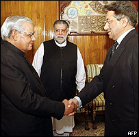 Pakistani President Pervez Musharraf (R) shakes hands with Indian Prime Minister Atal Behari Vajpayee