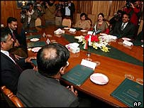 Indian (l) and Pakistani (r) delegations in talks