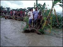 Villagers marooned in swollen river   Jim Loring/Tearfund