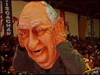 Muñeco que representa al presidente chileno en un espectáculo en Bolivia