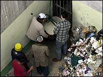 Prisoners receive food aid during protest