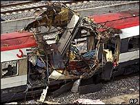 عربة قطار محطمة