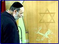 Раввин в лондонской синагоге, где был совершен акт вандализма