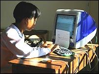 Камбоджийский школьник за компьютером