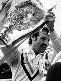 Murphy holds the Challenge Cup trophy aloft in 1974