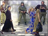 Российские войска и жители Чечни