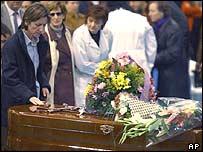 ماريا خوسيه سالازار تلمس تابوت زوجها فيليكس جونزاليز, خلال جنازة بالكالا دي هيناريس السبت