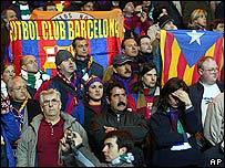 Simpatizantes del Barcelona guardan un minuto de silencio en el partido de la Copa UEFA del jueves